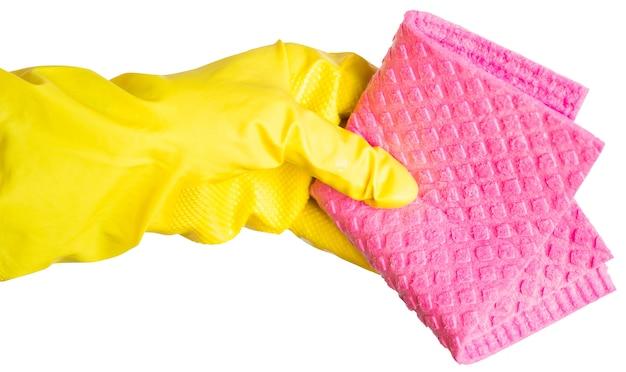 Mano en un guante de goma amarillo sostiene un trapo de limpieza rosa