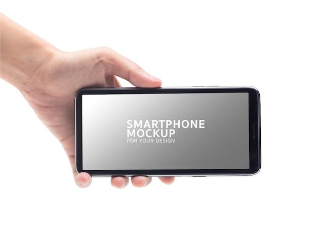 Mano de mujer sosteniendo la maqueta de smartphone negro para su diseño.