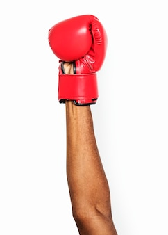 Mano que sostiene el guante de boxeo
