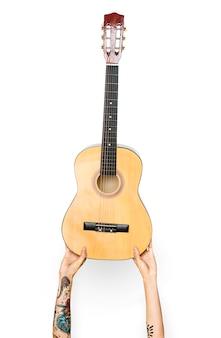Mano que sostiene la guitarra