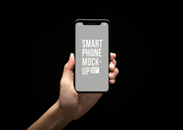 Mano que sostiene el teléfono inteligente moderno con plantilla de maqueta de pantalla