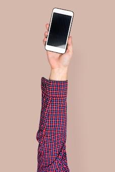 Mano que sostiene el teléfono inteligente