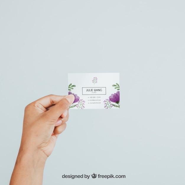 Mano sujetando mock up de tarjeta de visita