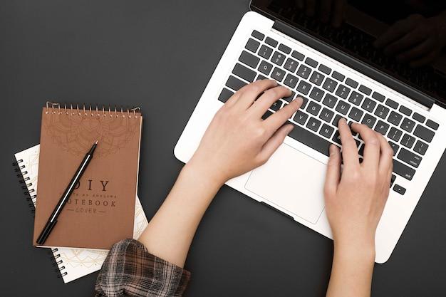 Manos de primer plano en el teclado
