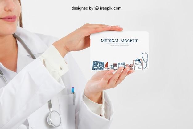 Manos sosteniendo mock up médico