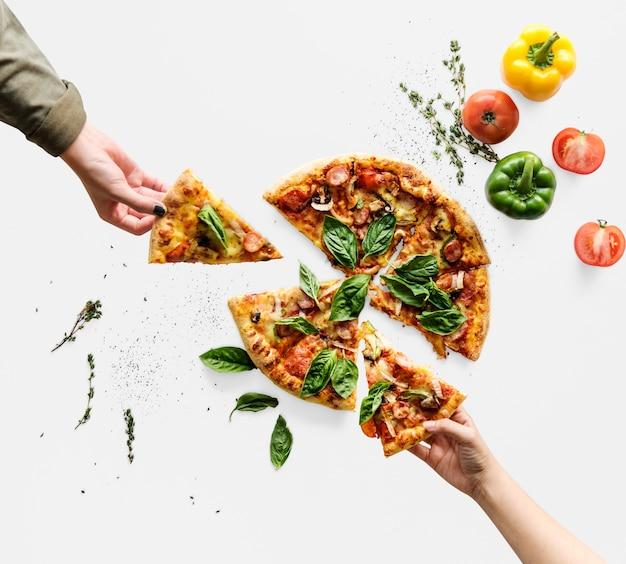 Manos tomando rebanadas de pizza de cocina italiana