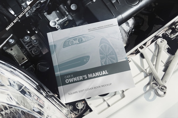 Manuale del proprietario quadrato su un modello di motore di automobile