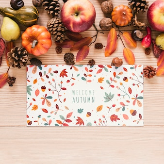 Manzanas y piñas con tarjeta colorida