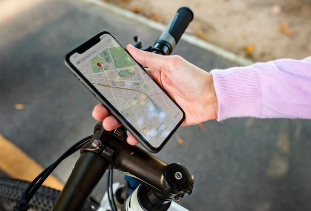 Mapa de navegación en la pantalla de un teléfono inteligente