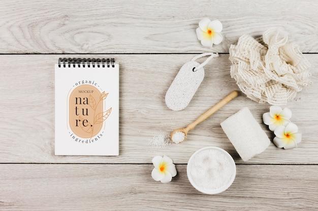 Maqueta de accesorios de tratamiento y cuidado de spa con flores.
