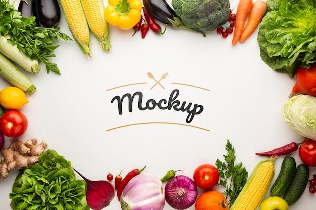 Maqueta de alimentos con marco hecho de deliciosas verduras frescas