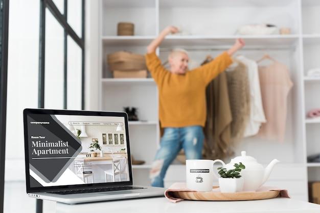 Maqueta de apartamentos minimalistas y mujer borrosa
