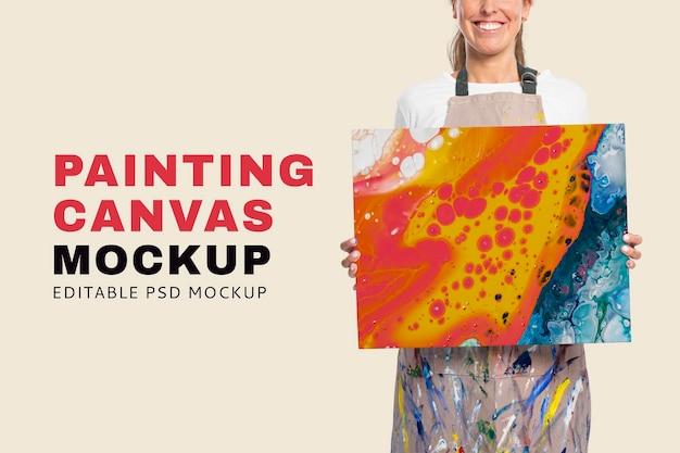 Maqueta de artista femenina psd que muestra un lienzo con una obra de arte fluida