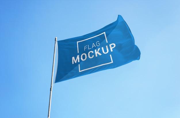Maqueta de bandera en cielo despejado. bandera en blanco para el anuncio de promoción de la bandera del deporte