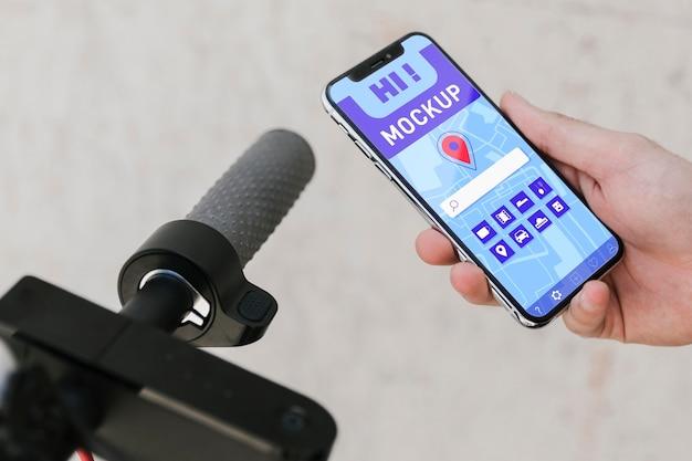 Maqueta de bicicleta y móvil de alta vista