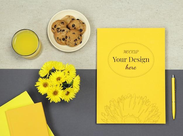 Maqueta en blanco con flores sobre fondo de comida beige