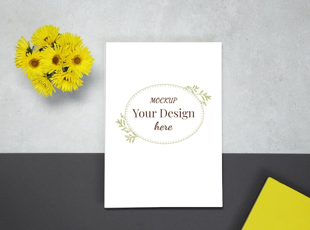 Maqueta en blanco sobre fondo gris negro con flores amarillas