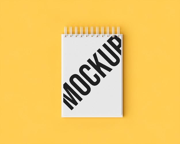 Maqueta de bloc de notas en amarillo