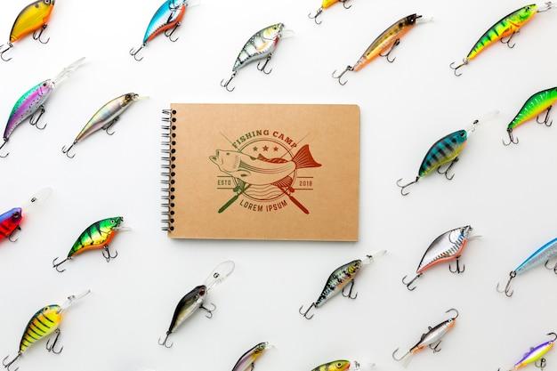 Maqueta de bloc de notas rodeada de cebo para peces