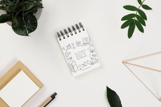 Maqueta de bloc de notas sobre una mesa