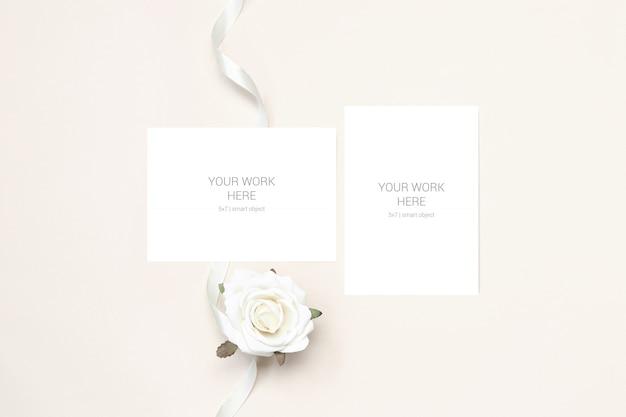 Maqueta de boda dos tarjetas con flor y cinta