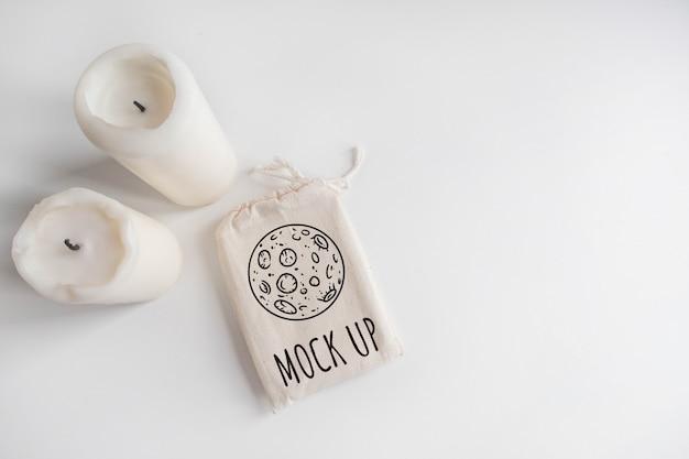 Maqueta de bolsa de algodón cubierta de tarot y velas en blanco