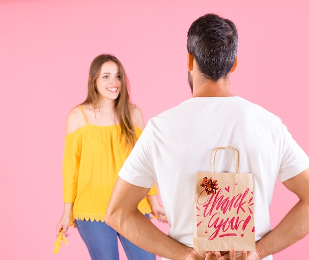 Maqueta de bolsa con concepto de regalar