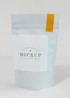 Maqueta de bolsa de granos de café que se puede volver a sellar