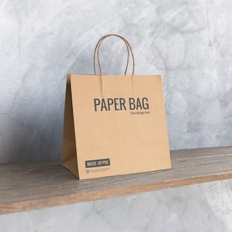 Maqueta de bolsa de papel en el estante
