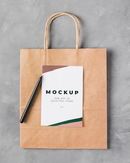 Maqueta de bolsa de papel de vista superior con bolígrafo