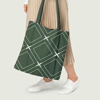 Maqueta de bolso tote verde con ropa casual con patrón de rombos