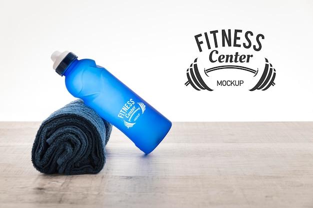 Maqueta de botella de agua y toalla