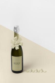 Maqueta de botella de champán de alta vista con lazo de cinta