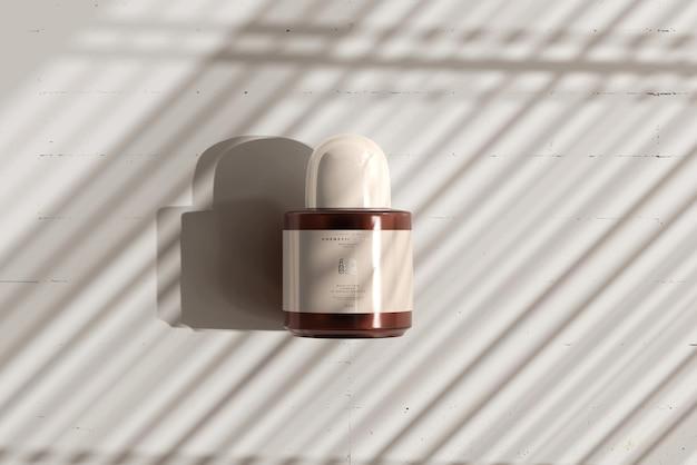 Maqueta de botella cosmética de vidrio ámbar