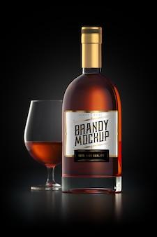 Maqueta de una botella de vidrio de brandy con etiqueta