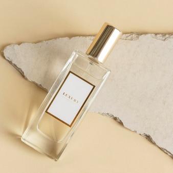 Maqueta de botella de vidrio de perfume en blanco