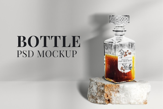 Maqueta de botella de whisky de cristal psd embalaje de bebidas alcohólicas