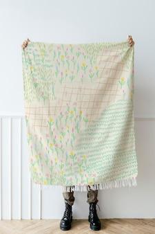 Maqueta de bufanda con patrón de campo de flores