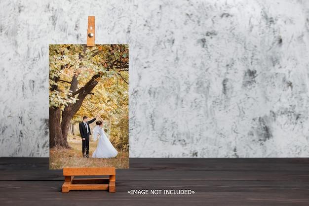 Maqueta, caballete, lienzo en barra de camilla en una mesa de madera marrón