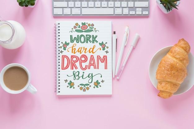 Maqueta de café croissant y cuaderno