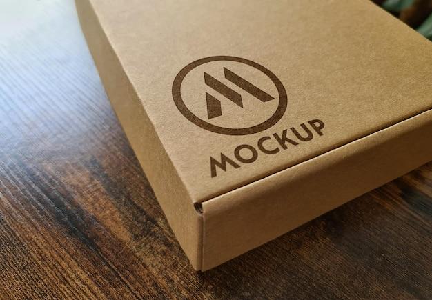 Maqueta de caja de cartón con logo impreso