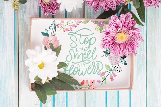 Maqueta de caja de regalo con decoración floral