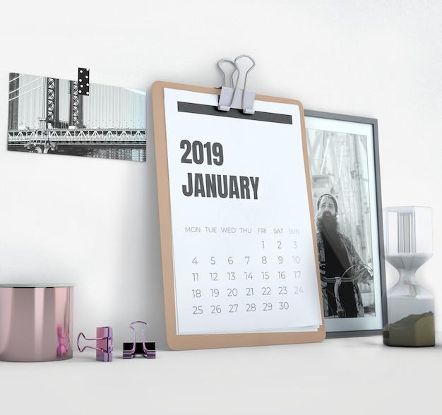 Maqueta de calendario lateral en espacio de trabajo