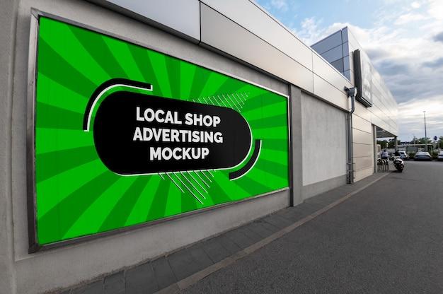 Maqueta de la calle de la ciudad publicidad exterior banner publicitario horizontal en marco de plata en la pared de la tienda local.