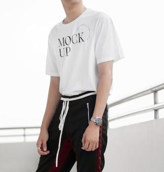 Maqueta de camisa blanca realista con modelo inteligente