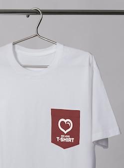 Maqueta de camiseta con bolsillo en una percha