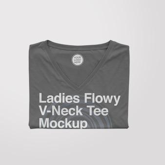 Maqueta de camiseta doblada con cuello en v fluido para mujer
