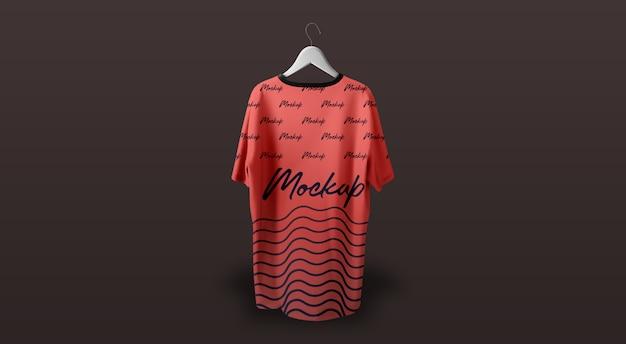 Maqueta de la camiseta del hombre que cuelga el fondo oscuro rojo