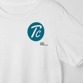 Maqueta de camisetas blancas en blanco colgando