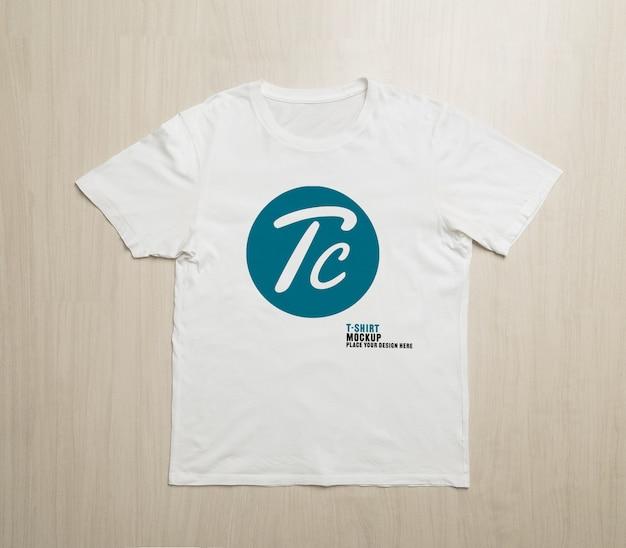 Maqueta de camisetas blancas en blanco para su diseño